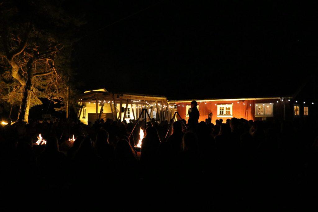 Samlingen rundt bålet lørdag, innbydde til stemning og trivsel utover kvelden.