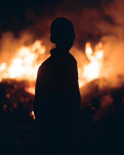Photographer Aria Shahrokhshahi – Silhouette over flames