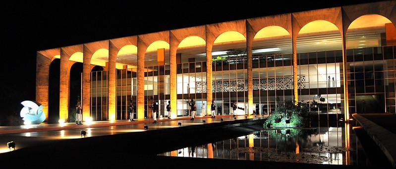 Palácio do Itamaraty iluminado à noite.