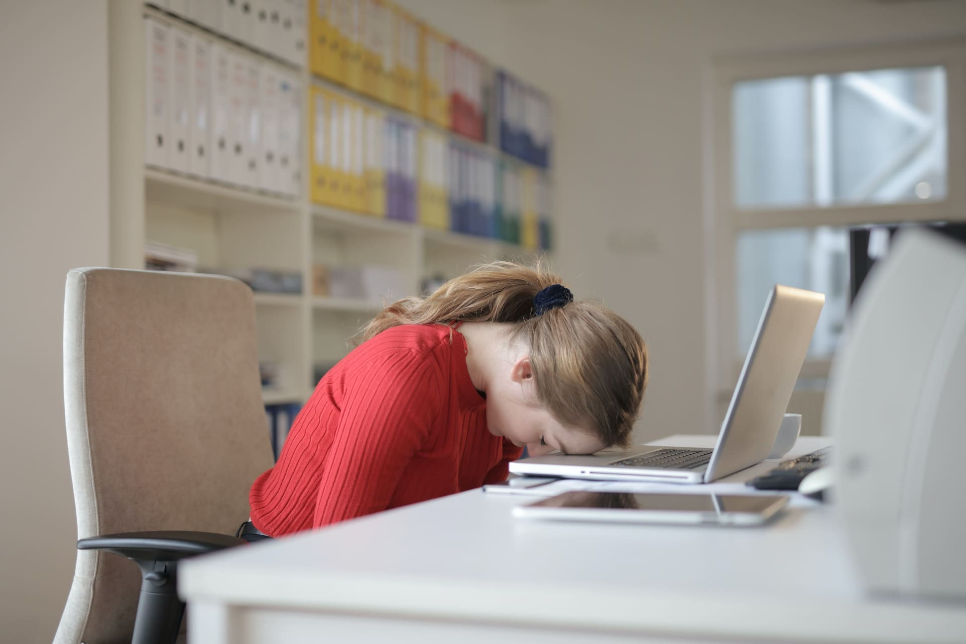 Pessoa com sono na hora de estudar