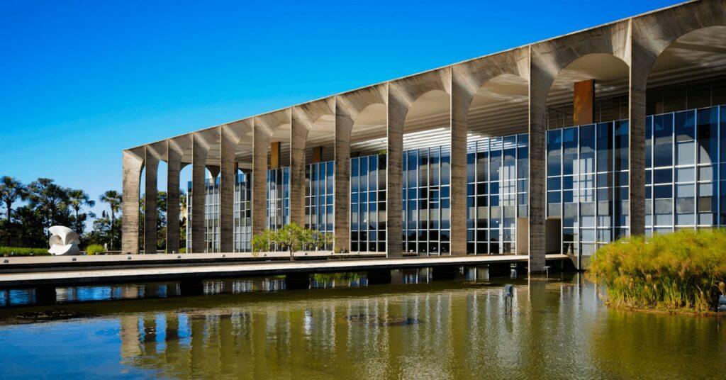 Fachada do Palácio do Itamaraty em Brasília à luz do dia