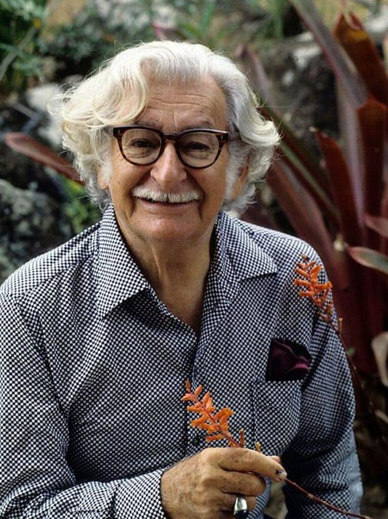 Roberto Burle Marx com camisa social e uma flor