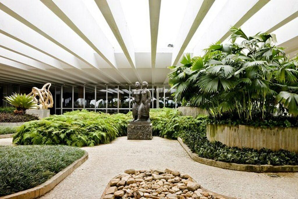 Jardim do MRE com uma estátua no meio