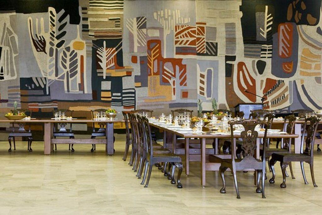 Sala Brasília com grandes mesas e uma parede com pinturas