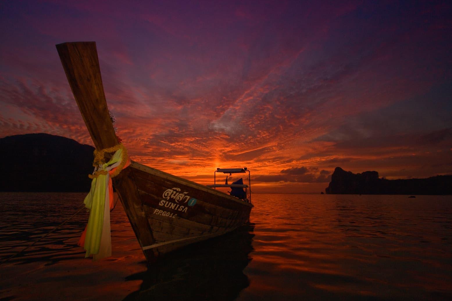 Un'imbarcazione al tramonto a Phi Phi Island