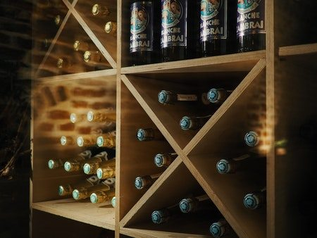 vinreol i kælder med rødvin