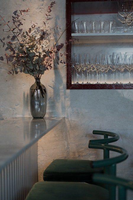 vinholder i egetræ og glas på væg