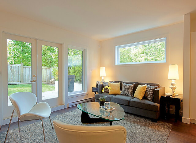 Belysning med to bordlamper i en hyggelig stue