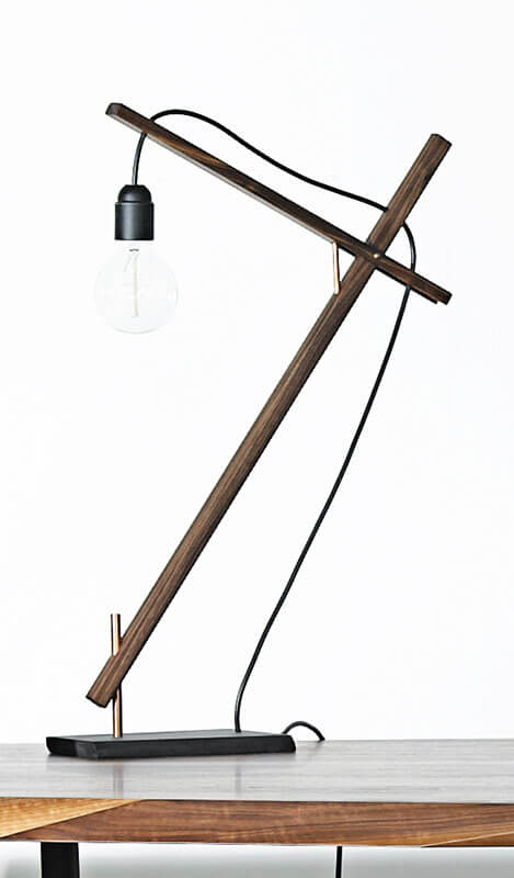 Bordlampe af træ
