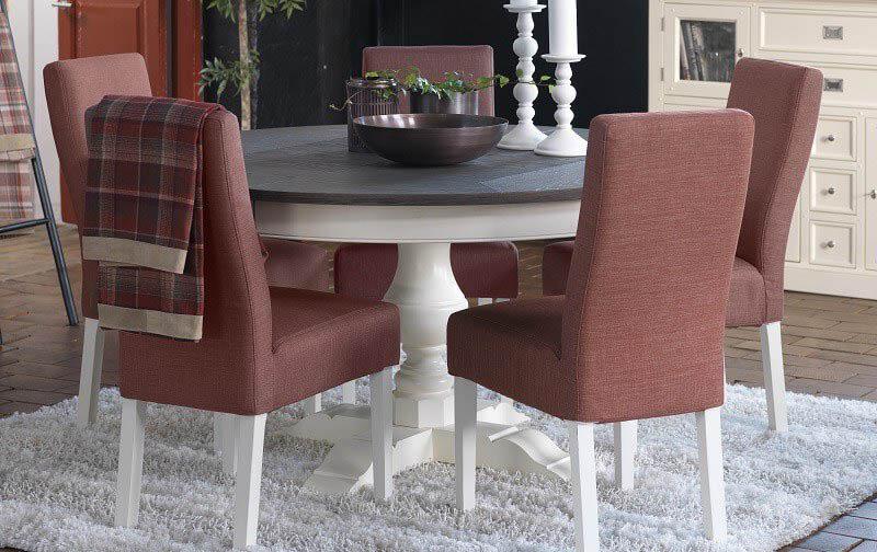 Rundt spisebord med udtræk i en stue med flotte stole