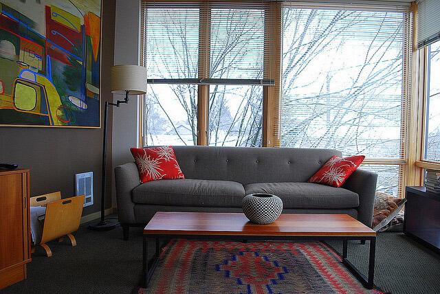 Stue indretning med sofa og flot udsigt fra vinduer