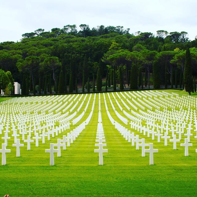 🇺🇸 🇮🇹 Remembering our time visiting this cemetery in Florence that we just happened to drive by. After having just seen the Normandy cemetery days before it was humbling to see yet another cemetery full of soldiers.