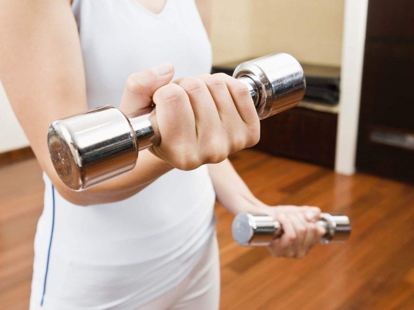 8 Cara Mengecilkan Lengan Dengan Barbel Efektif Membentuk Ototmu