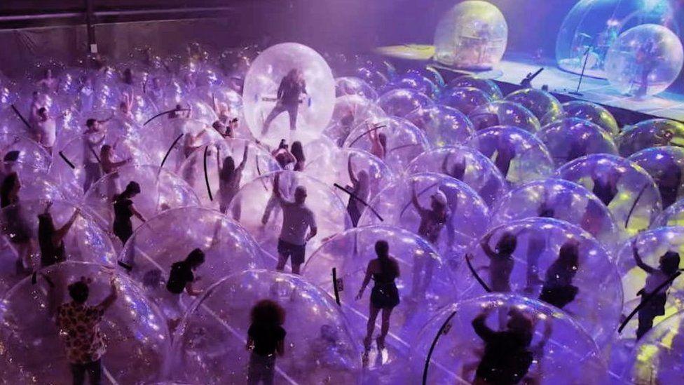 The Flaming Lips realiza el primer concierto de burbujas del 2021 — Carola Guevara