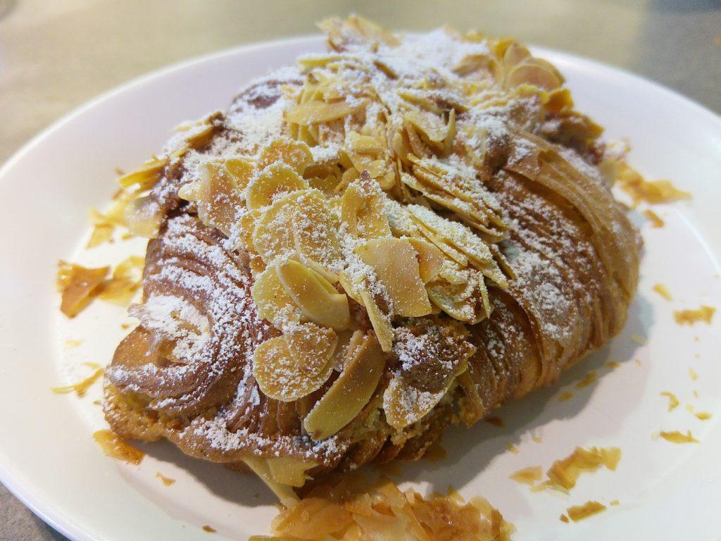 Lune croissant almond croissant