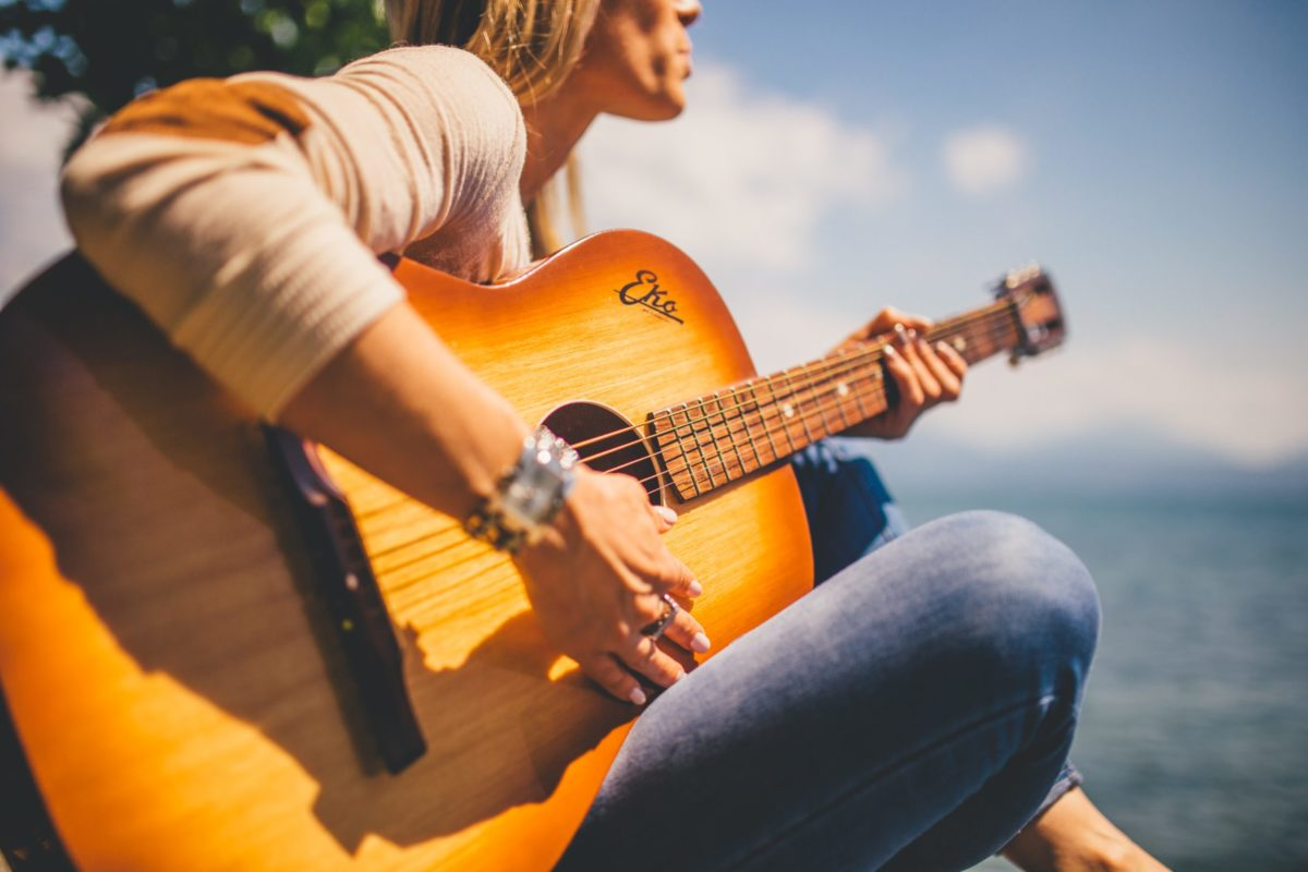 negative-space-woman-playing-guitar