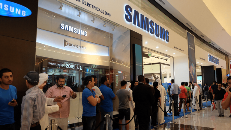 Hundreds Queue Up for the New Samsung Galaxy S6 and Galaxy S6 edge in the UAE
