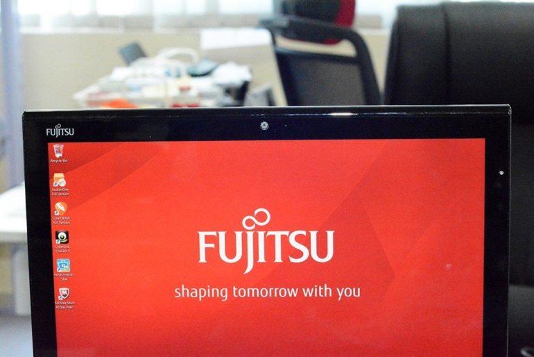 Fujitsu Stylist Q704 [Image Gallery]