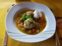 Ciorba mit Gemüse und Hackfleischbällchen