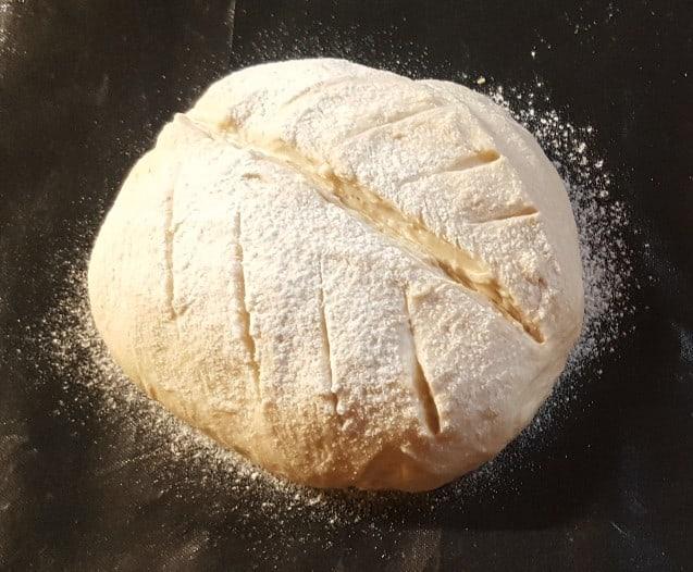 Brotteig geformt und mit Mehl bestreut