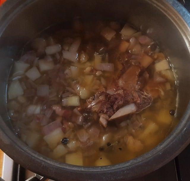 Die Suppe muss ca. zwei Stunden köcheln
