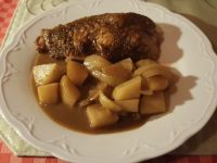Putenunterkeule mit Kartoffel und Rotweinsoße