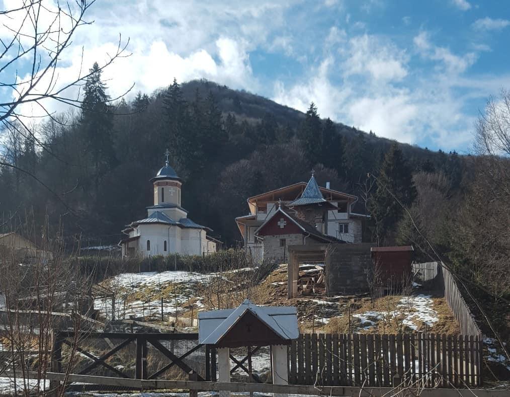 Die neue (links) und die alte (rechts) Kirche des Schitul Sibiel