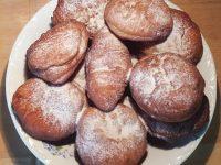 Gogoşii gefüllt und ungefüllt mit Puderzucker
