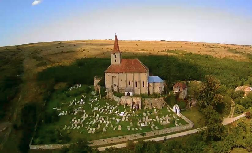 Luftbild der Kirchenburg von Dobring (Dobărca)