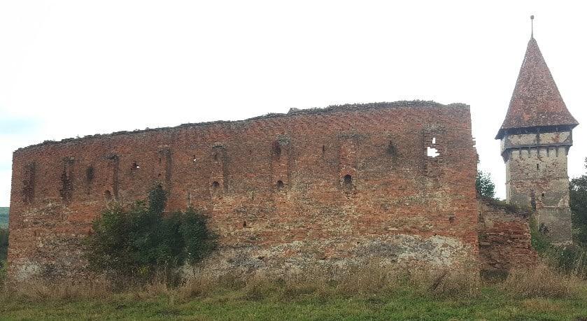 Die Rückseite der Kirchenburg von Pelișor zur Hochebene