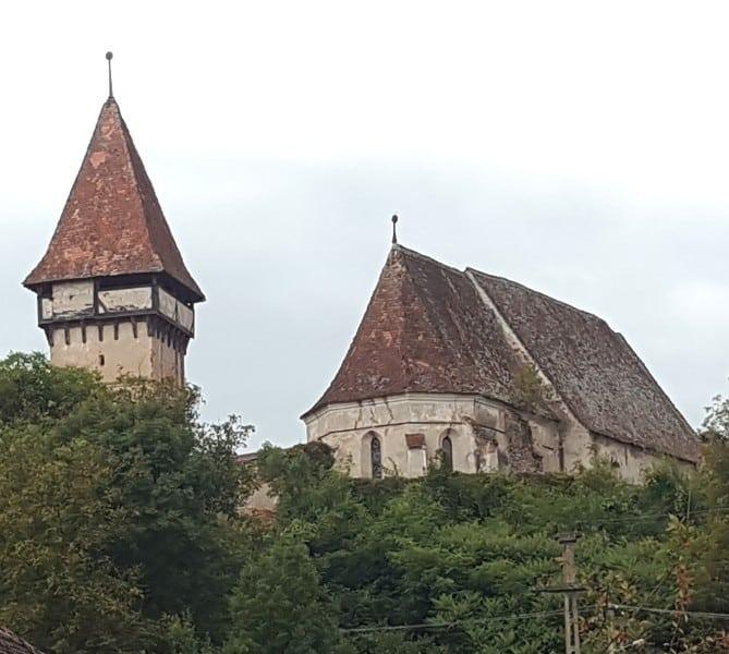 Die Sicht aus dem Dorf auf die Kirchenburg von Pelișor