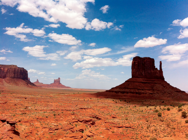 Monument Valley, à la frontière de l'Arizona et de l'Utah. Le site fait partie d'une réserve des Navajos, qui accueillent les visiteurs et récoltent les droits d'entrée (la carte annuelle des parcs nationaux n'est pas acceptée).