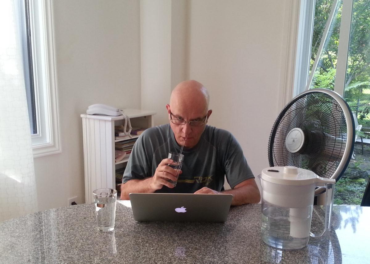 Image de l'auteur du présent blogue, saisie par sa charmante épouse, visant à illustrer l'importance de bien s'hydrater de même que de favoriser la convection à l'aide d'un ventilateur portable.