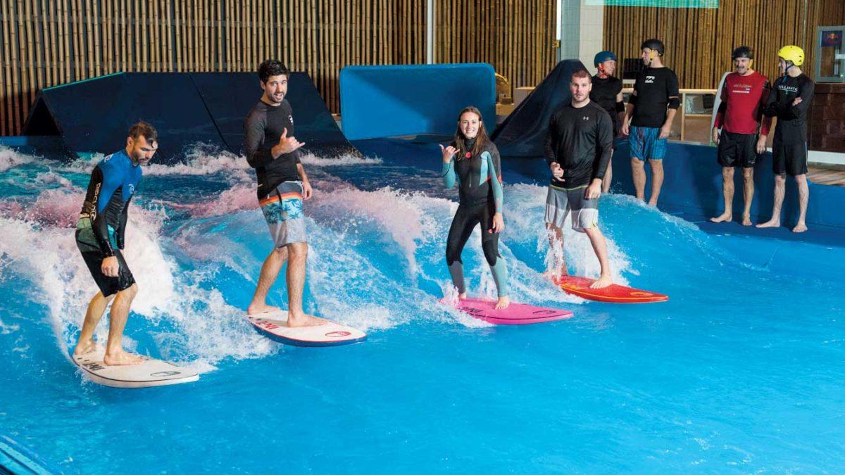 À Oasis Surf, à Brossard, une vague pouvant atteindre deux mètres de haut fournit aux adeptes l'occasion de surfer toute l'année. (Photo: Oasis Surf)