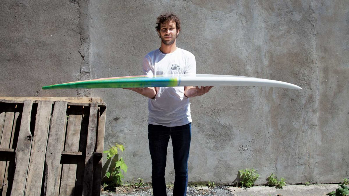 Martin Guay, fondateur de Guava Surfborads, fabrique à la main, et sur mesure, des planches aux modèles audacieux. (Photo: Gabriel Lefebvre)