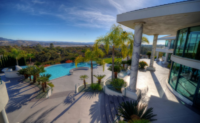 Eddie Murphy's former mountaintop estate 8