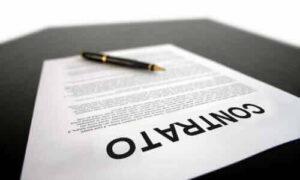 Un papel que representa un contrato de trabajo en Argentina