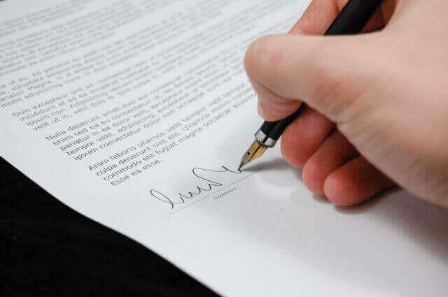 Person signing a final balance sheet to liquidate a company in Guatemala.