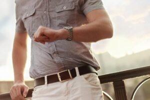 Persona mirando a su reloj