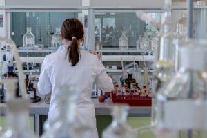 Científica realizando productos de marijuana medicinal en Perú