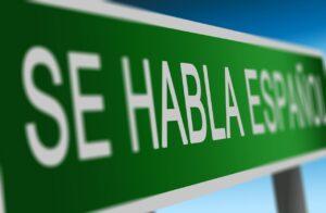 "green sign saying ""se habla español"""
