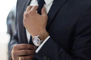 Hombre en traje con un reloj