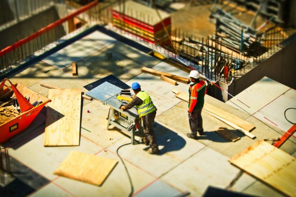 2 homens trabalhando no setor de construção no Brasil