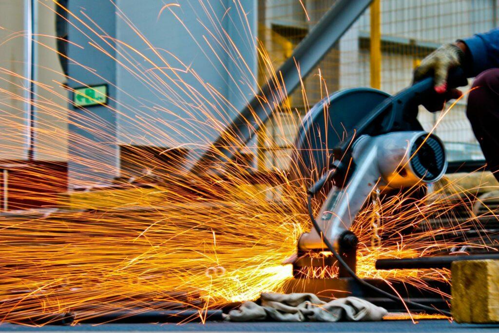 Pessoa que usa uma serra eletrônica, muito comum no setor de construção no Brasil