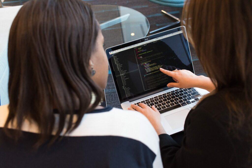 Duas mulheres procurando informações em seu computador sobre abertura De Empresas no Brasil.