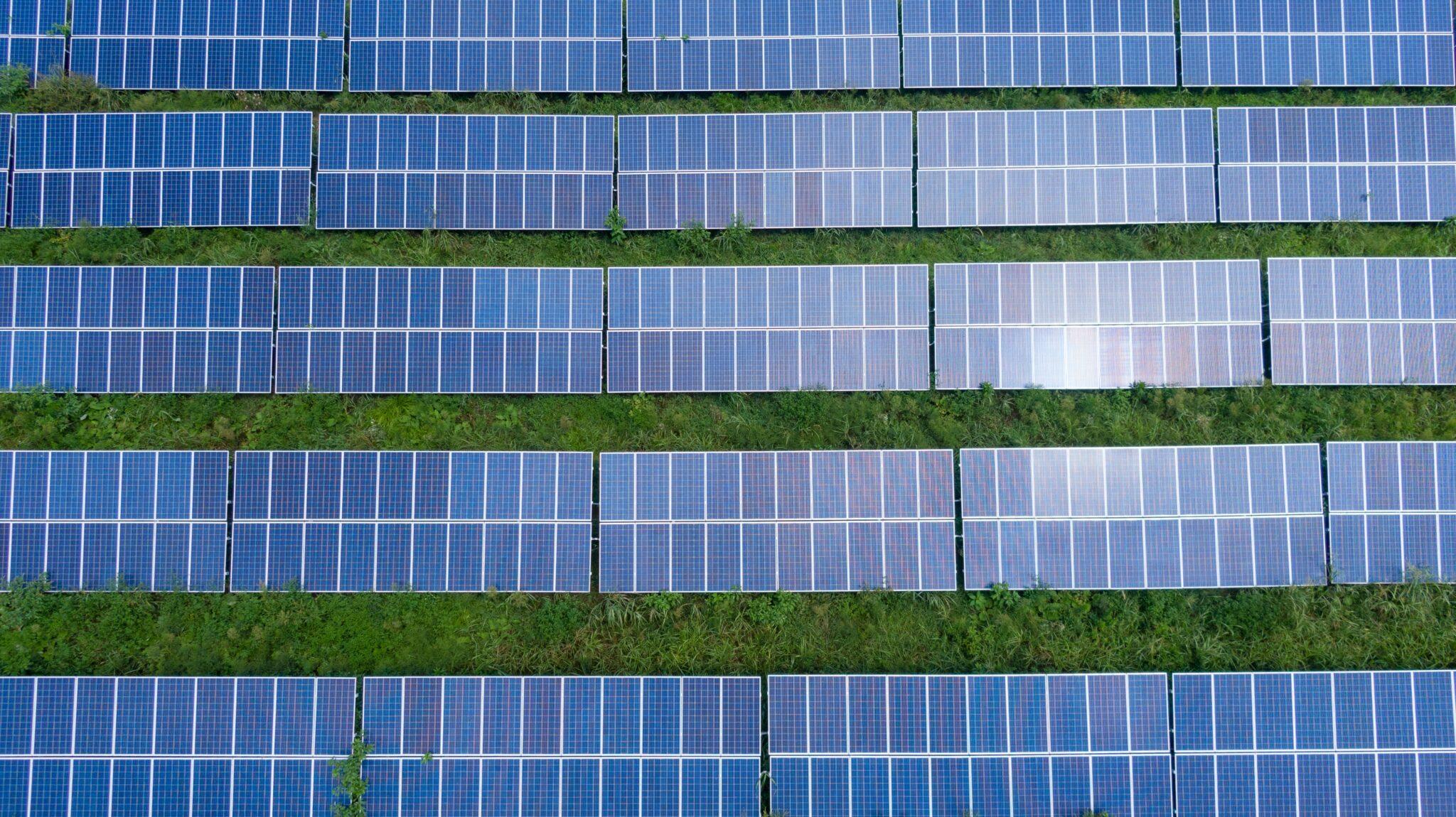 Painéis solares, amplamente utilizados no setor de construção no Brasil
