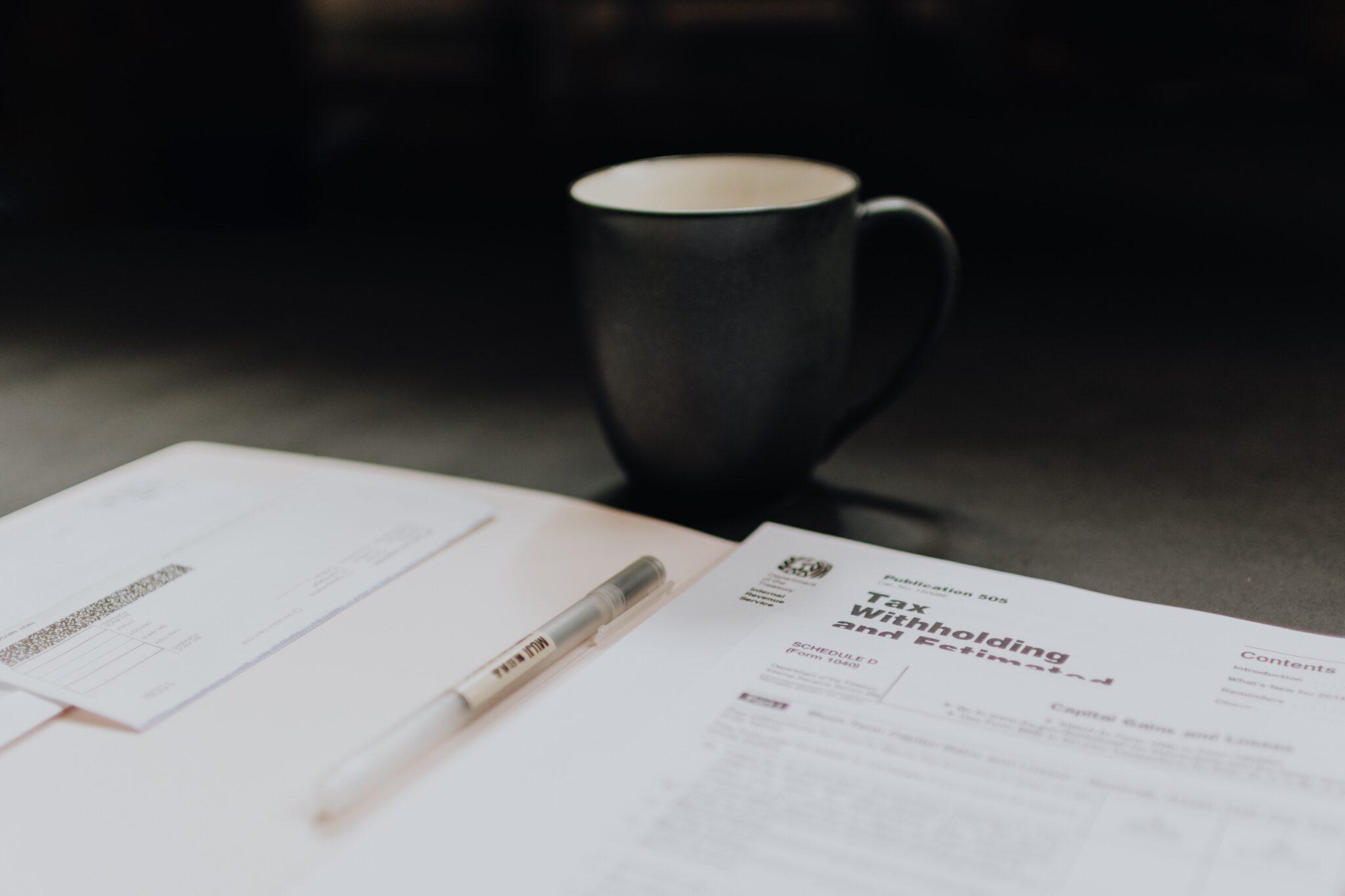 Pessoa bebendo café enquanto lia a atualização regulatória  de junho de 2020.