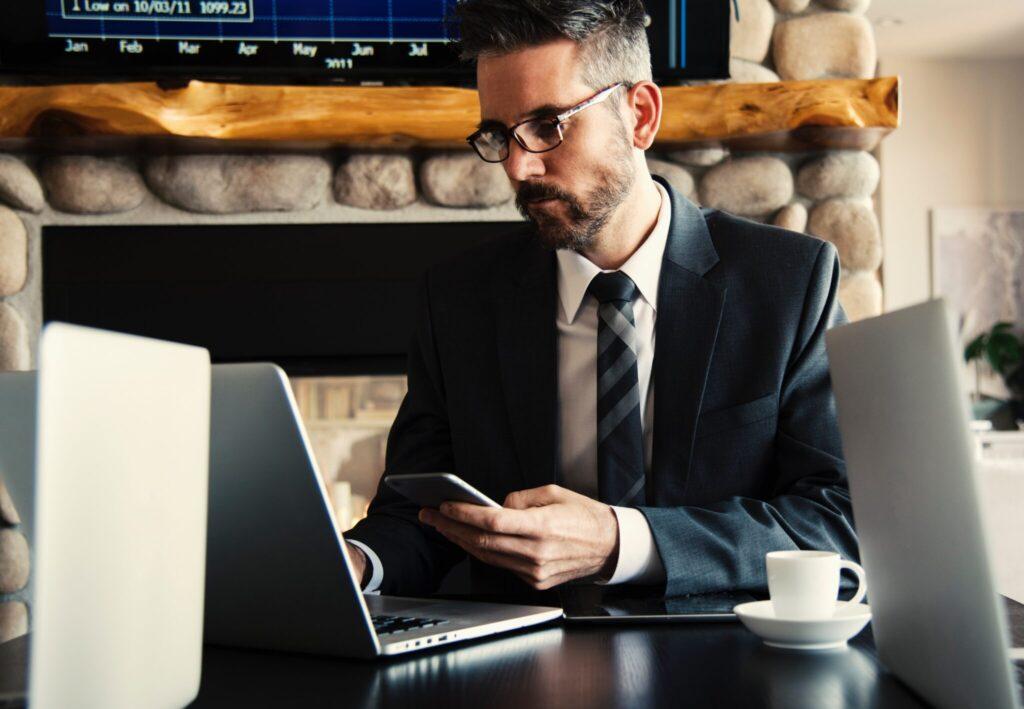 Empresário pesquisando informações em seu computador sobre serviços de Secretariado Corporativo na Bolívia