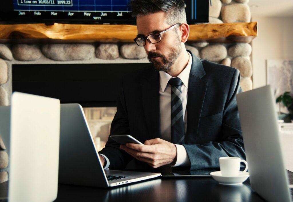Empresário em busca de informações em seu computador sobre o MERCOSUL