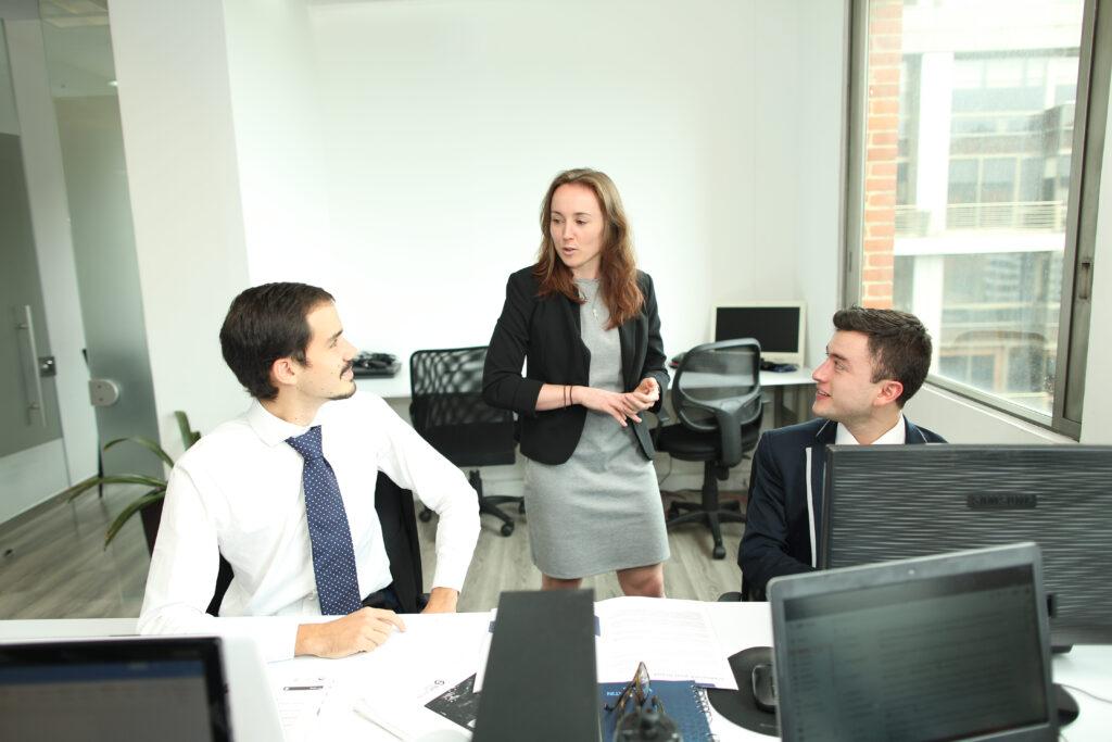 empleados discutiendo actualizaciones regulatoria agosto 2020
